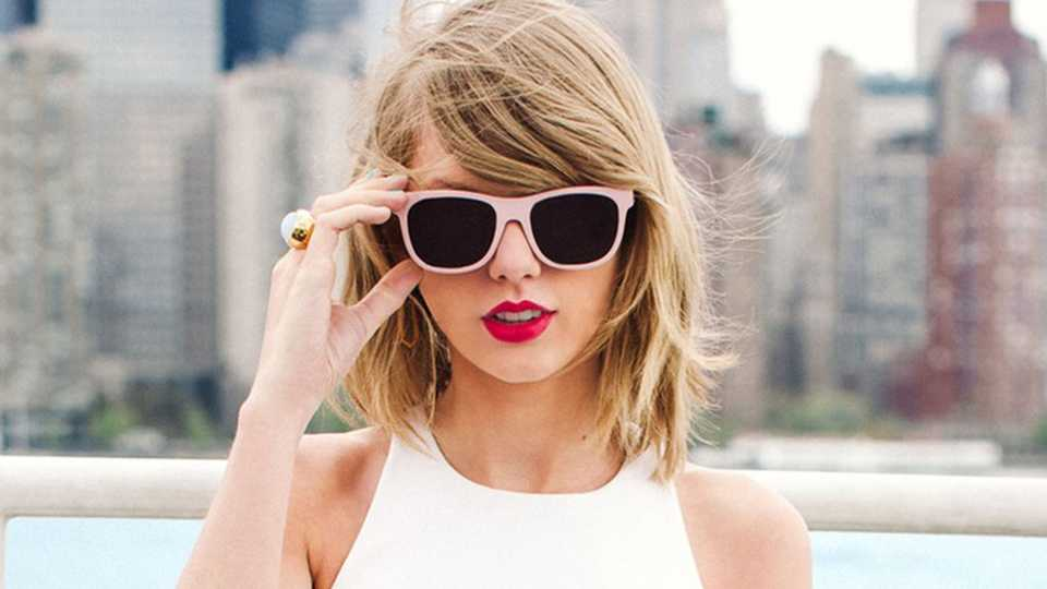 How Does Taylor Swift Avoid The Paps? By Moonwalking